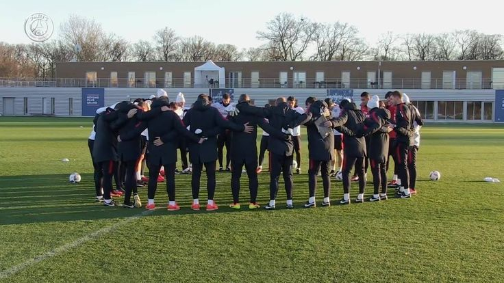 Before training at the Ooredoo Training Centre today, the Paris Saint-Germain coaching staff and players respected a minute's silence in homage of the tragic plane crash involving Brazilian football club Chapecoense. #ForçaChape