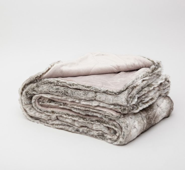 Una manta sintética de esas que parecen piel de pelo animal para la cama...