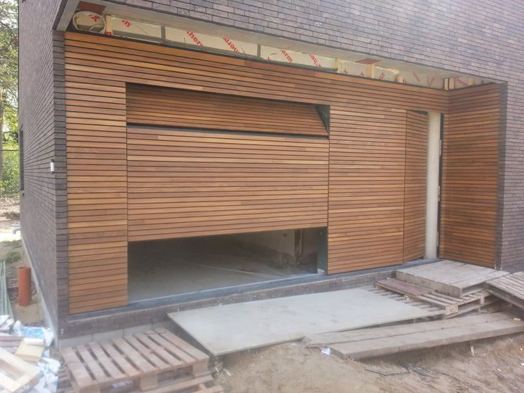 Het montageteam van Different Doors heeft in Mol (Belgie) deze prachtige houten sectionaaldeur + voordeur geplaatst, geheel weggewerkt in houten gevelbekleding. Voor dit project is Afrormosia hout gebruikt, uitgevoerd met schuine latten en twee keer gegrond.
