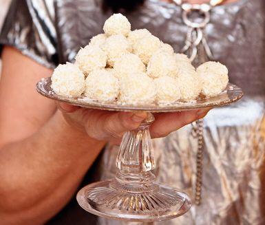"""De här ljuvligt lena och förföriskt goda chokladpralinerna på vit choklad, ges smak av kokos och lime. Vita """"snöbollar"""" på vit choklad förgyller alla festliga tillfällen med sin krämiga lyxiga konsistens och söta och friska smak."""
