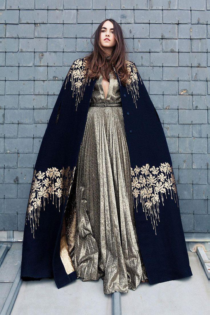 Cape brodée en laine et cachemire, et robe en Lurex, Blumarine.