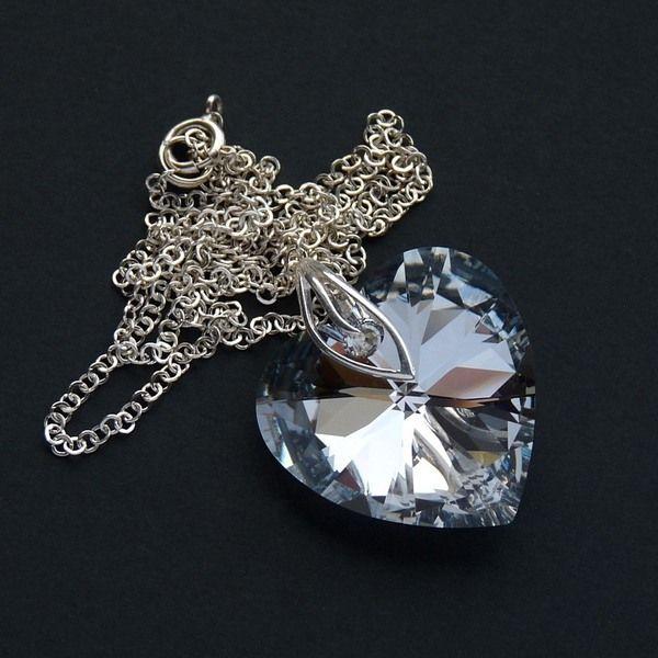 Duży wisior w kształcie serca wykonany z kryształu swarovskiego i zawieszony na srebrnym łańcuszku Glamoure w #CUDOSFERA na DaWanda.com #love #heart #swarovski
