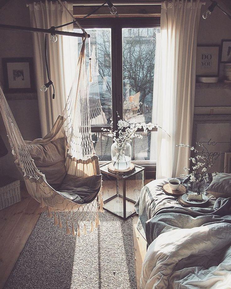 Moj azyl na gorze zostal rozbabrany na kilka najbliżych tygodni (oby nie naście) dziwnie sie spi w salonie...ale zmiany zazwyczaj przynosza nowe-lepsze:) jednak hamak sobie przewiesiłam...bujanie to czastka kazdego dnia #perfectview #window #azyl #wnetrza #sypialnia #bedroom #wood #natural #sunrise #simplicity #hammock #vintage #reclaimed #roomforinspo #roomforgirl #blossom #spring #wiosna #coffee #interior #interor123 #rustic #nature #eco #interiordesign #interior4all #homedecor #instahome…