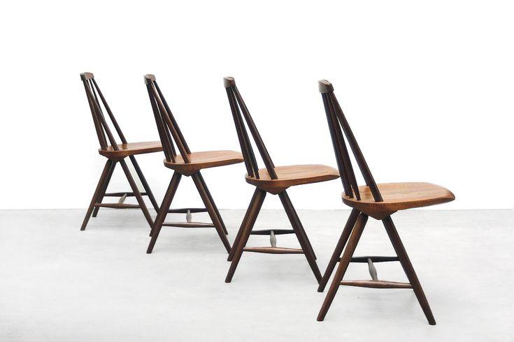 Aantal:4 eetkamerstoelen Fabrikant: Pastoe Ontwerper:Yngve Ekstrom Jaar:1961 Omschrijving: Vier erg mooie SH45 spijlen stoelen van Yngve Ekström voor Pastoe. Deze spijlenstoelen zijn zeer degeli...