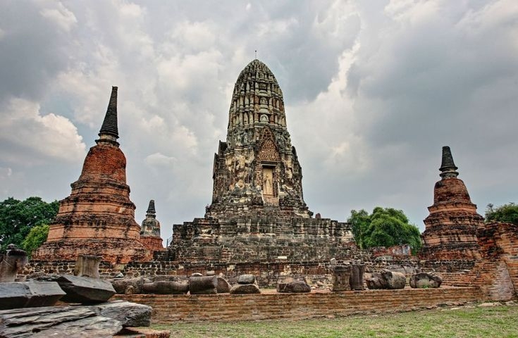 30 of the World's Most Impressive Ancient Ruins : Wat Ratchaburana (Ayutthaya, Thailand)   A Buddhist temple located in Ayutthaya Historical Park, Wat Ratchaburana was founded in 1424 by King Borommarachathirat II on the cremation site of his two elder brothers, who died in a duel for the succession of the throne.