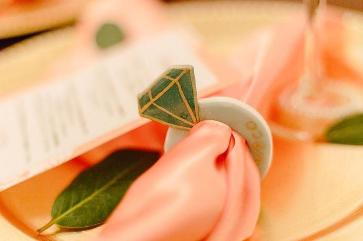 3種類のクレイで作った 指輪型のナフキンリングは お名前や社名を手描きします