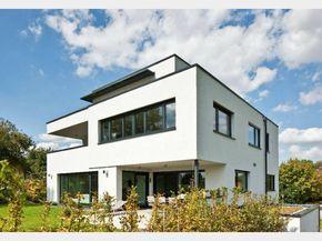 Hausansicht Kundenhaus Familie Collmann. Familienhaus modern mit überdachter Terrasse. Architektenhaus im Bauhausstil