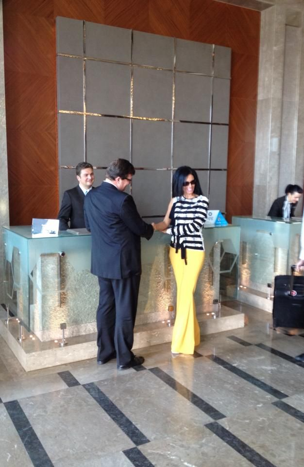 At Sheraton Bursa's Reception.  Sheraton Bursa'nın resepsiyonunda.  #sheraton #bursa #sheratonbursa #hotel #reception #frontdesk #photoshoot #generalmanager #betterwhenshared