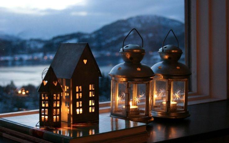 Auf der Fensterbank sorgen Laternen für eine romantische Atmosphäre