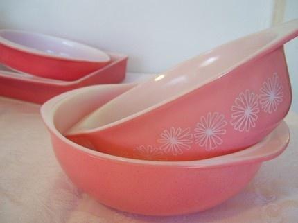 pyrex bowl love...: Pink Pyrex, Vintage Pyrex, Pyrex Bowls, Bowls Lisa, Products, Bowls Dishes, Vintage Kitchen, Bowls 1950S, Vintage Bowls