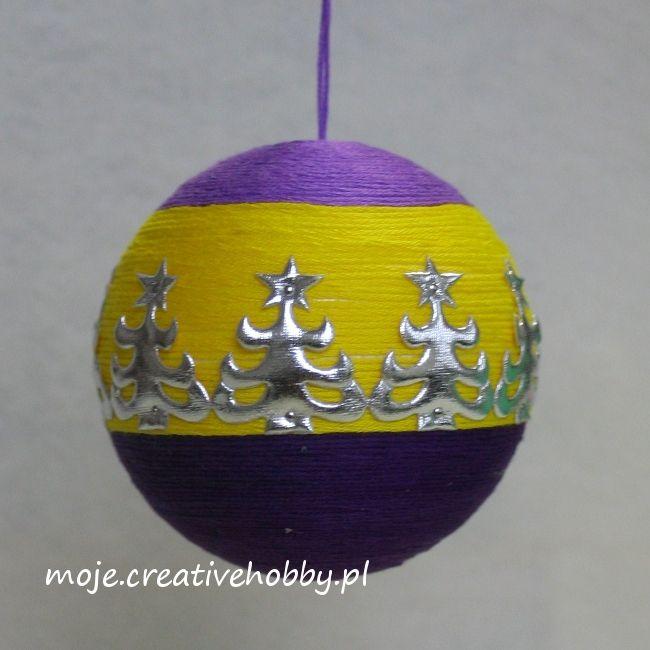 Choinka to jeden z najbardziej klasycznych motywów świątecznych, dlatego warto wykorzystać ją również do dekoracji bombki.