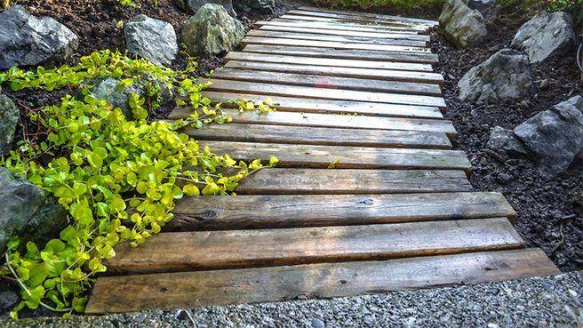 Chemin extérieur en palettes de bois