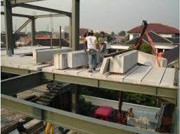 kontruksi baja untuk struktur panel lantai - baja memiliki ketahanan terhadap suhu tinggi yang lemah, berbahaya apabila bangunan mengalami kebakaran.