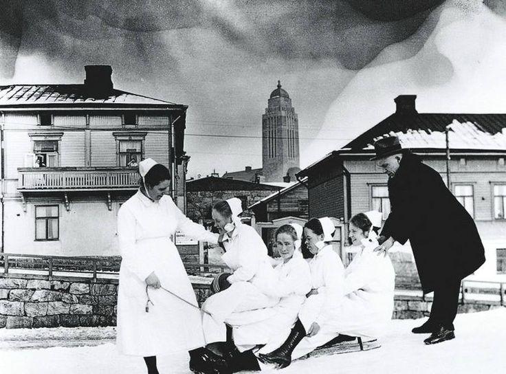 Senior physician Arvo Ylppö and Children's Hospital nurses (Lastenlinnan henkilökuntaa). Photo: unknown Finland, Helsinki, 1921 - Source: HKM