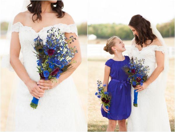 Γάμος στο πλούσιο μπλε του παγονιού! Ενσωματώστε στη νυφική σας ανθοδέσμη φτερά παγονιού! www.lovetale.gr