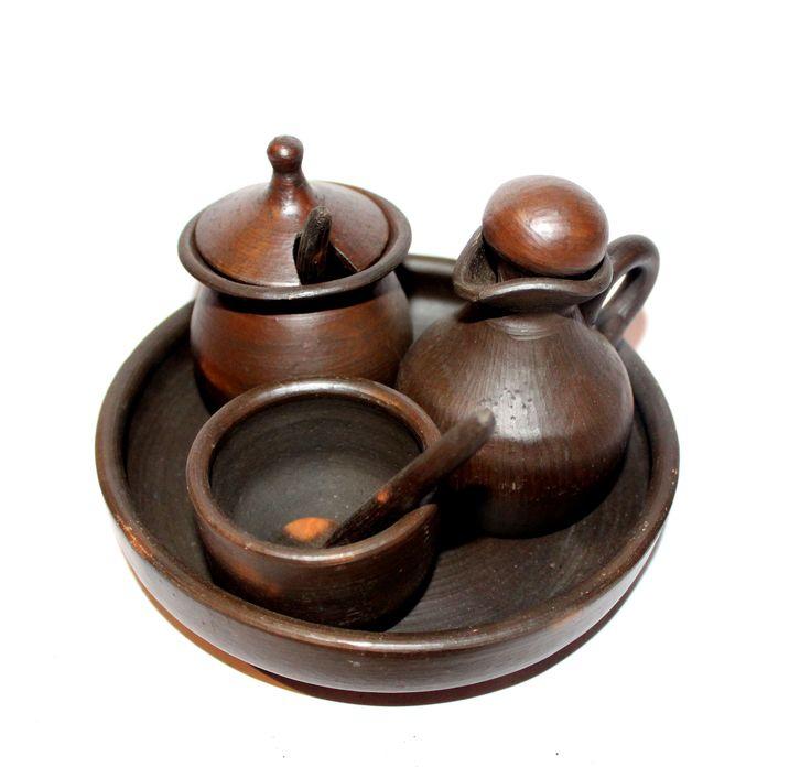 Alcuza para poner los aliños en la mesa. Hecha a mano por artesana de Pomaire. Las medidas de la alcuza completa son de: 7 * 7 * 12 cm. Comprar en: http://ikuna.cl/vitrina/la-raquelita/alcuza-de-greda#.UfvtuO0pNEA