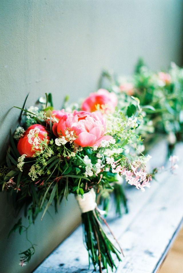 Te gek modern bruidsboeket #bruiloft #trouwen #trouwdag #huwelijk #real #wedding #industrieel #bruidsboeket #roze Chique trouwen in een industrieel gebouw | ThePerfectWedding.nl | Fotografie: Anouschka Rokebrand