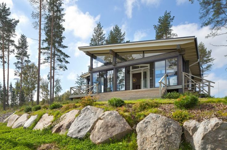 The Kippari log home from Honka is one of a new breed of contemporary holiday homes. With the large windows, nature is present in this villa at all times.