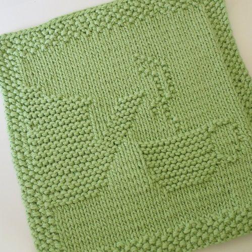 Petits carrés tricotés de motifs pouvant servir de petits torchons, de dessous de plat ou d'éléments décoratifs.