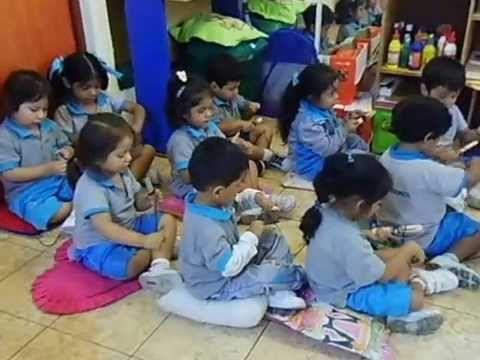 niños de 3 años trabajando motricidad fina con la cancion de la cucaracha - YouTube