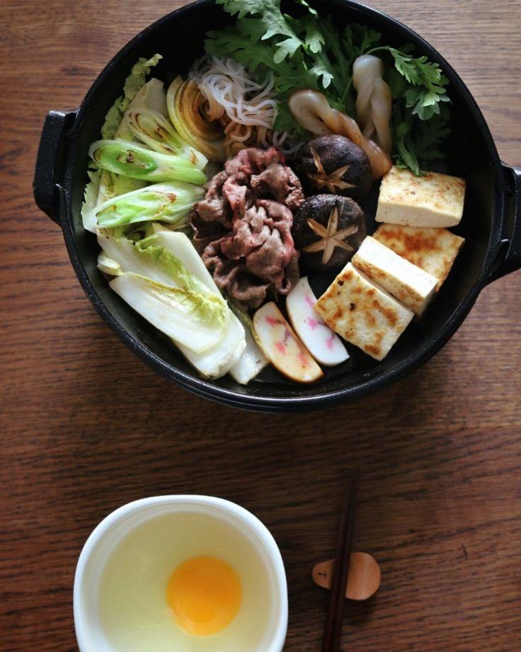 스키야키(2인분)식탁 한 가운데에 따뜻하게 끓고 있는 요리가 어울리는 계절인데요~ 오늘은 찌개가 아닌 일본 전골 요리인 '스키야키'를 준비해봤어요^^ 쇠고기와 두부, 야채들을 달걀...