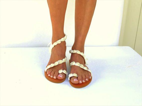 Sandali di cuoio fatti a mano su ordinazione.  Estate, scarpe di cuoio avorio nuziale Rose Sandali, sandali da Spiaggia White Wedding, perla Sandali, sandali greco, sandali a piedi nudi, Genuine  Eleganti sandali da sposa con Rose avorio cuciti a mano e perle. Essere unico con questo sandalo di pelle splendido autentico di Delos. * Si può indossare questo sandalo tutto il giorno. * Possiamo fare questo in qualsiasi dimensione * Suola in gomma per camminare comodo! Tutti i miei sandali sono…