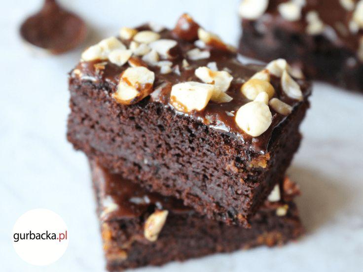 To ciasto czekoladowe z cukinią to strzał w dziesiątkę! Jego idealna konsystencja sprawia, że rozpływa się w ustach, a najlepiej smakuje z kawą.