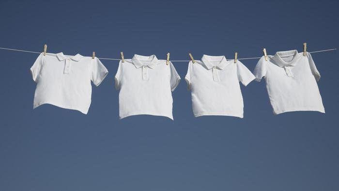 Wil je je witte was weer witter dan wit? Met deze tips zijn vergeelde kleren verleden tijd.