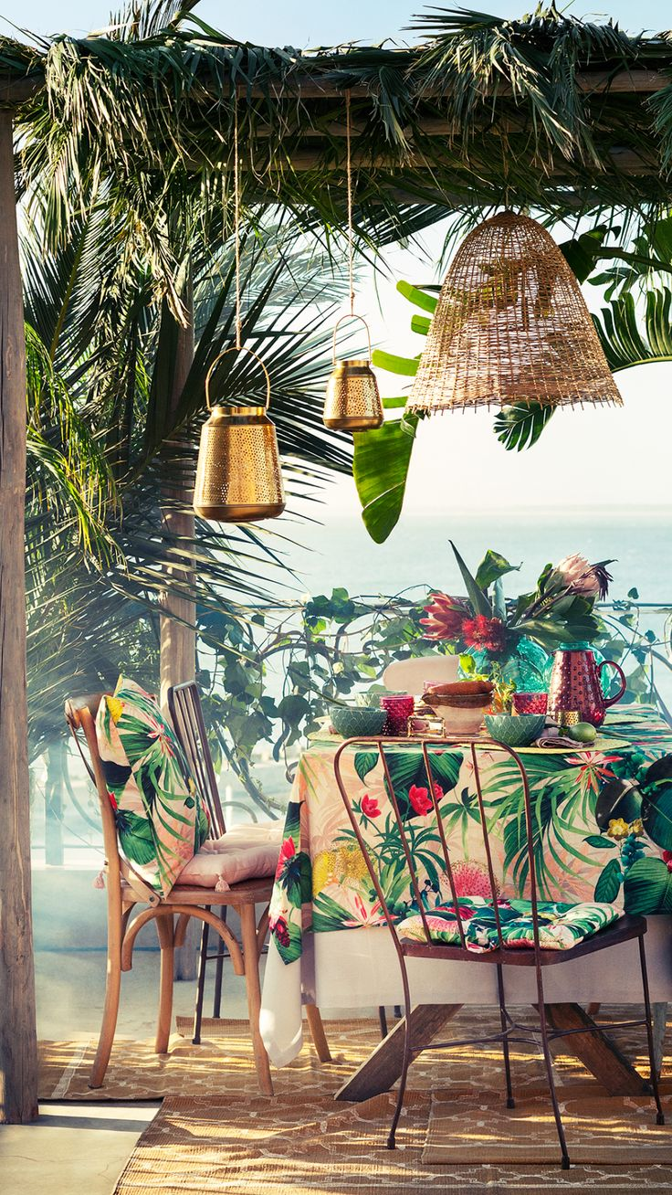 Transform your balcony into a flourishing retreat with our vibrant selection of table cloths, chair pads, blankets, trays, baskets, glassware and lanterns. | H&M Home