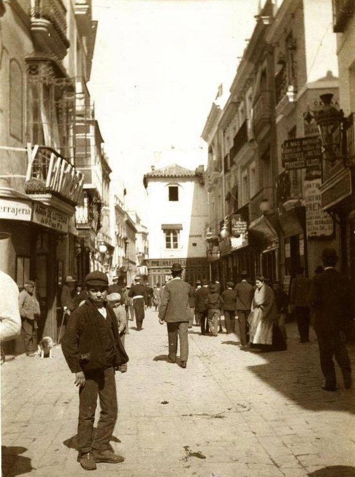 Se llamó en otro tiempo de los Espaderos, ya que fue sede de este gremio, es uno de los centros económicos y comerciales de Sevilla desde primeros del XIX; y carrera oficial de la Semana Santa.   https://es.foursquare.com/item/506df163e4b06a509d592c5b