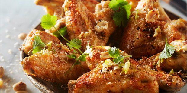 Malse kippenvleugels gebakken in een zelfgemaakte marinade van kokosmelk en limoen.