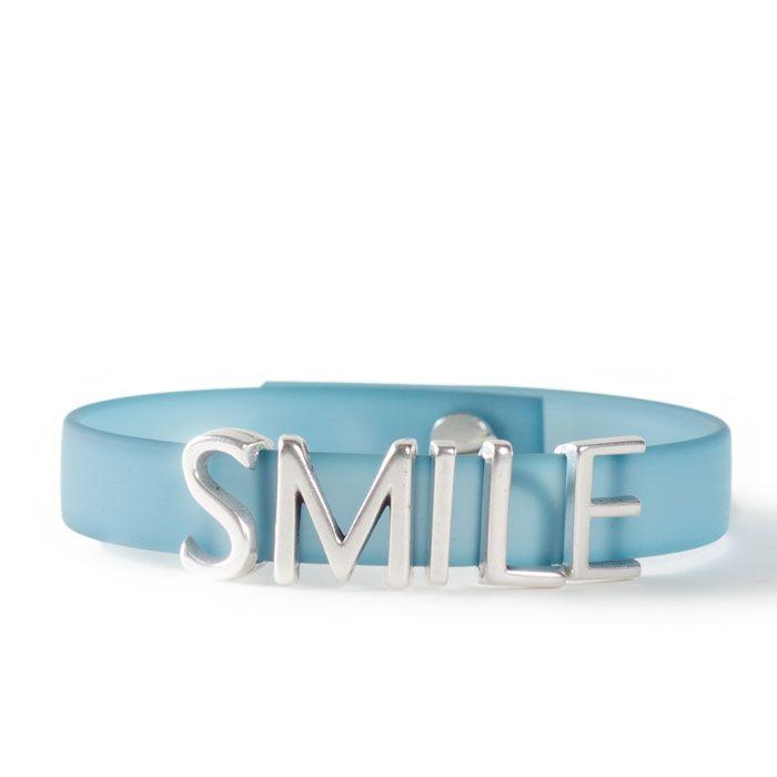Smile! Eindeutige Botschaft für das Handgelenk mit den Schiebeperlen aus Metall. #buchstaben #buchstabenperlen #namensarmband #wunscharmband #armbänder #bracelets #diyschmuck #schmuckanleitung #schmuckshop #selbstgemacht #jewelrymaking #schmuckdesign #schmuckideen #wickelarmband