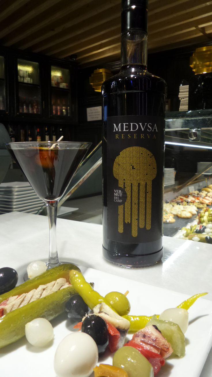 Vermut Medvsa suave y unos encurtidos. Una combinación perfecta para empezar en #PlateaMadrid.