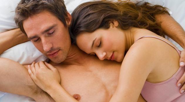 Segundo psicólogos e especialistas em cognição e linguagem, a posição em que os casais dormem revela muito sobre o momento pelo qual eles estão passando. Isso ocorre porque, mesmo com a variação da linguagem corporal, o modo como eles se acomodam na cama pode ser um reflexo de alguma situação.