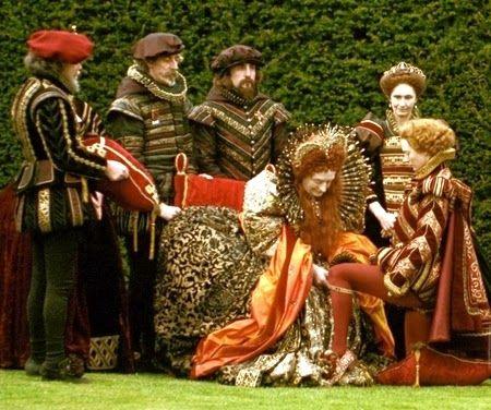 """""""La reina Isabel I  otorgando la jarretera a Orlando.  Sandy Powell eligió un cromatismo similar para todos los actores que intervienen en esta escena, obteniendo un resultado armonioso.""""  """"La historia se inicia en la Corte Isabelina del siglo XVI, en la cual se seguía la moda española, aunque con la ostentación con la que los ingleses la interpretaron."""""""
