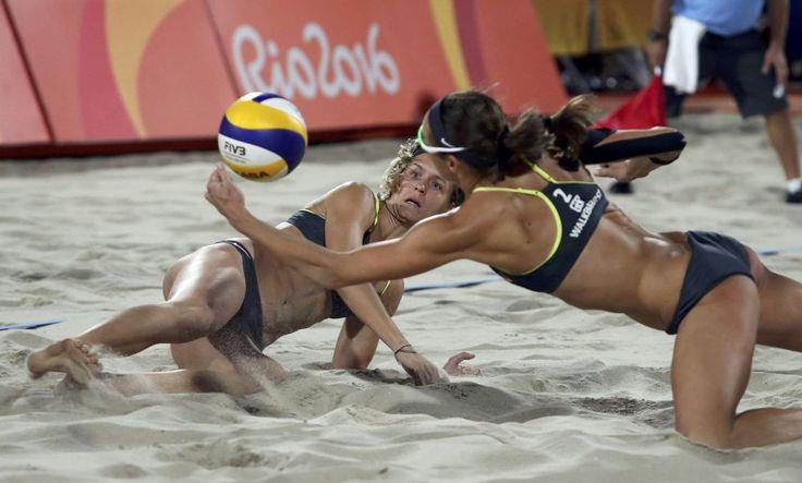 Las alemanas Laura Ludwig y Kira Walkenhorst compiten en la final de voleibol playa femenino.