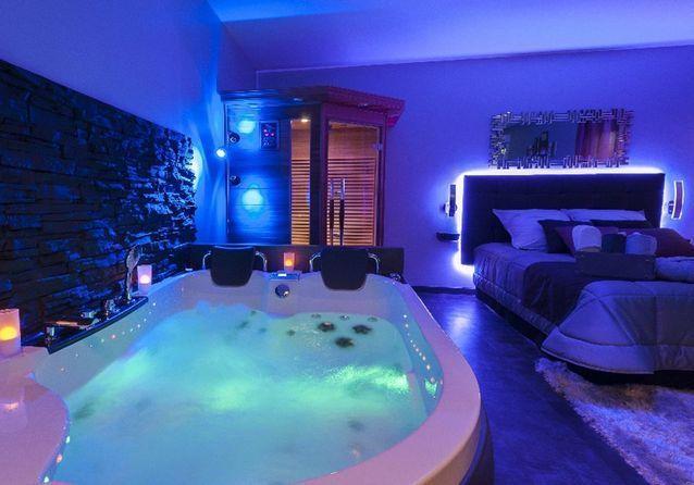 Rêve et Spa, à Dijon  Chambre avec spa privatif, Chambre avec spa