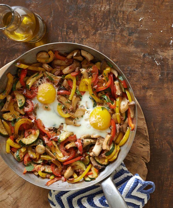 Rezept für Gemüsepfanne mit Ei bei Essen und Trinken. Und weitere Rezepte in den Kategorien Eier, Gemüse, Gewürze, Käseprodukte, Kräuter, Milch + Milchprodukte, Pilze, Schwein, Hauptspeise, Braten, Einfach, Kalorienarm / leicht, Schnell.