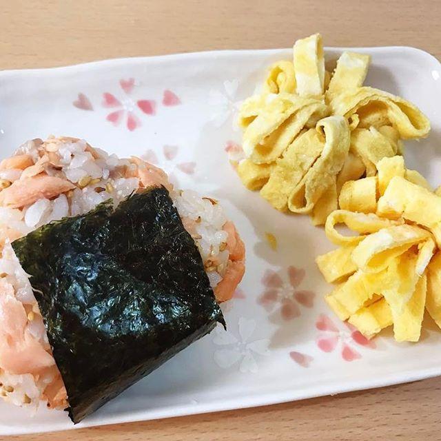 【mojia_kemi】さんのInstagramをピンしています。 《Good morning! 昨日よりさらに簡素化した朝ごはん。 #goodmorning #breakfast #おはよう #朝食 #あさごはん #おにぎり #手抜き #味噌汁断念 #うす焼きたまご #お花のつもりがしおれた #seaweed #おうちごはん #鮭おにぎり #桜のお皿 #桜 #安物だけど気に入ってる》