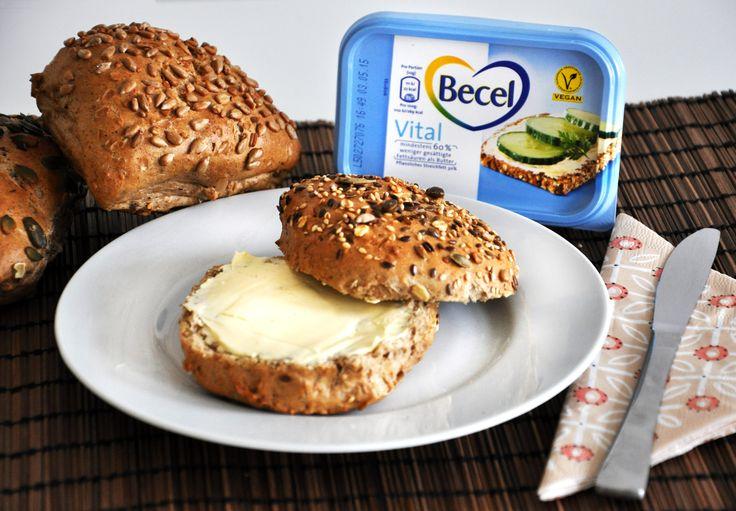 Mit dieser pflanzlichen Margarine startet man vital in den Tag, denn sie hat 60 Prozent weniger gesättigte Fettsäuren als Halbfettbutter. Aufs Brötchen streichen - und genießen!