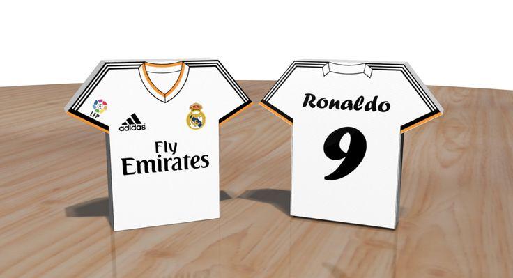 Esta es una plantilla editable para imprimir y recortar un modelo de caja estilo camiseta de futbol del club Real Madrid. Es un archivo digital en formato POWER POINT de dos páginas, una página corresponde a la tapa (Frente de la caja) y la otra página corresponde a la base