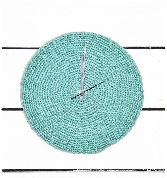 Virkad klocka Håll koll på tiden med en egen-virkad klocka! Du kan använda restgarn du samlat på dig och virka en cirkel. Fäst den sedan på en rund plywoodskiva. Visare och urverk kan man köpa i någon hembutik. Gratis beskrivning Inspiration tagen från Ullis gröna och sköna Follow Relaterade