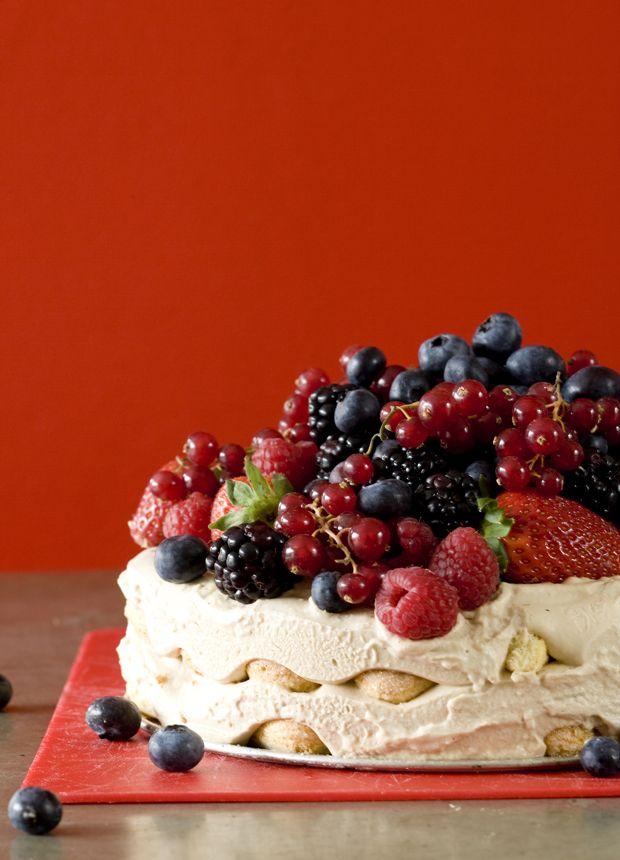 Den italienske dessert-klassiker med et tvist af kaffe og dejlige bær. Lav denne tiramisu som del af en sommermenu på terrasssen.