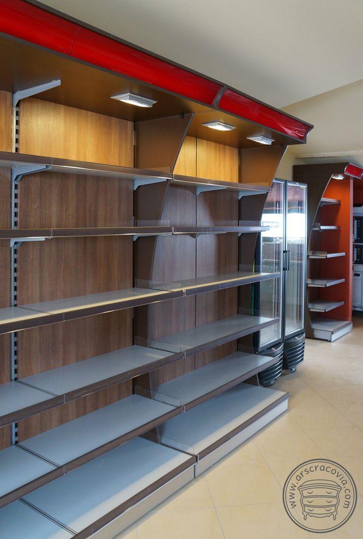 Regały sklepowe z oświetleniem, na stelażach stalowych, obudowa z płyty meblowej i plexi z odpornymi na wodę i zarysowania  półkami z dwustronnej płyty kompaktowej HPL gr.10mm.