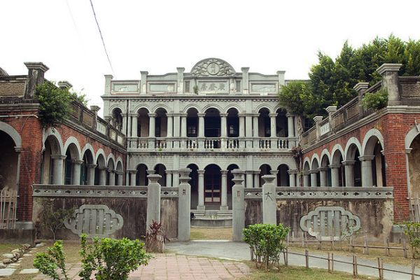 This grand abandoned mansion, built in the Baroque style, is located in the city of Taichung in Taiwan. Reportedly the former residence of a well known poet, the house has fallen into abandonment but remains in good condition – at least externally, despite some out-of-control foliage to the right of its facade.