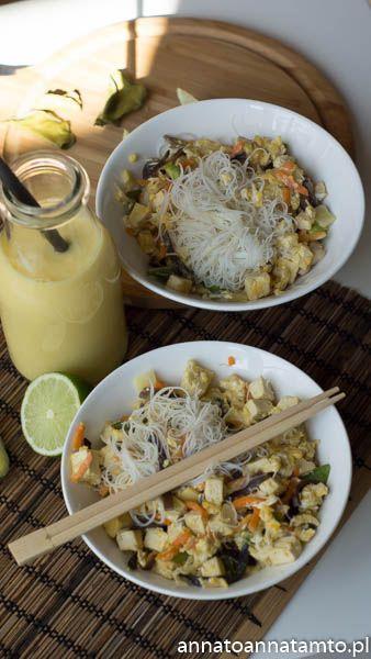 Skałdniki :  Makaron ryżowy cienki 2 łyżki sosu rybnego Kilka listków Kaffiru ( przyprawa do zup, sosów i dań kuchni tajskiej nadająca świeży, cytrusowy aromat) Sok z limonki Jedno opakowanie tofu 2 jaka Mieszanka warzyw  chińskich Ząbek czosnku Łyżka oleju kokosowego.