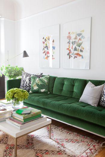 グリーンのソファを選べばリビングが癒しの空間に。ラグや壁に飾った絵のカラーがちょっとした差し色になっています。上級者のカラーコーディネートですね☆