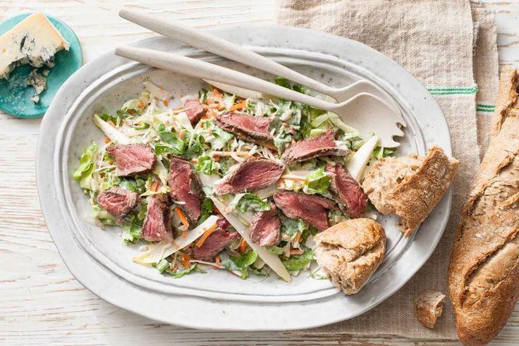 Je eet de salade met een baguette: ook perfect om de laatste restjes dressing mee op te eten! - recept - Allerhande