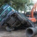 Vrachtwagen zakt de grond in in Haaren