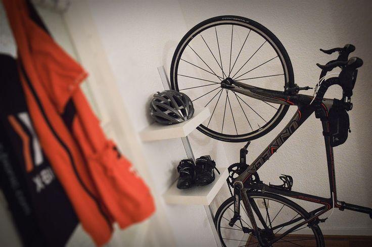 Der Eigenbau: So einfach kann es sein, das Fahrrad mit Hilfe einer selbst gebauten Fahrrad Wandhalterung im Wohnzimmer unterzubringen.
